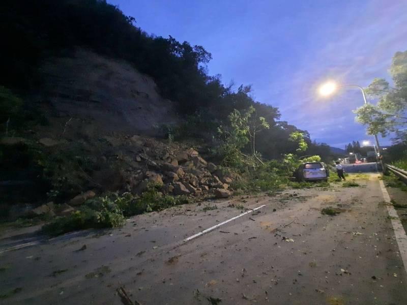 台3線大湖路段遇雨坍方,轎車撞上落石、倒塌路樹。(記者蔡政珉翻攝)