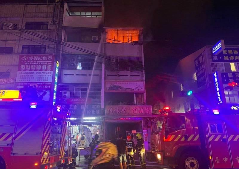 台中太平中山路2段一棟民宅頂樓昨晚起火,火勢猛烈不斷竄出火舌。(記者陳建志翻攝)