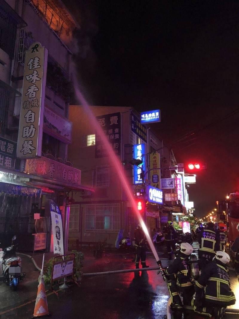 台中太平中山路2段一棟民宅頂樓昨晚起火,消防人員迅速趕到出水搶救。(記者陳建志翻攝)