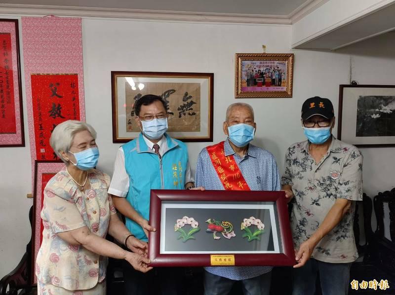 蘆洲區長莊茂坤(左2)代表新北市長侯友宜,到蘆洲模範父親林九興(右2)家中頒贈「父德楷模」獎牌、禮券及精美禮品,感謝他們對家庭的無私奉獻。(記者林欣漢攝)