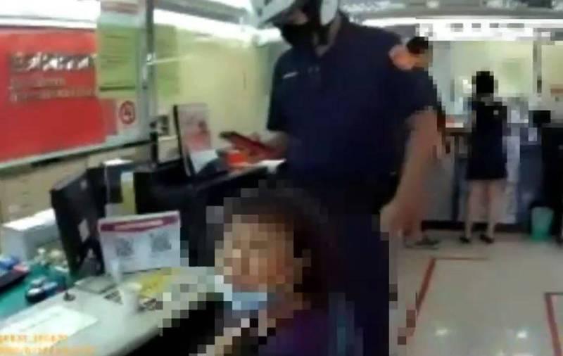 新莊警方協助下載海關APP,讓張姓婦人確認收到詐騙領貨的電郵。(記者吳仁捷翻攝)