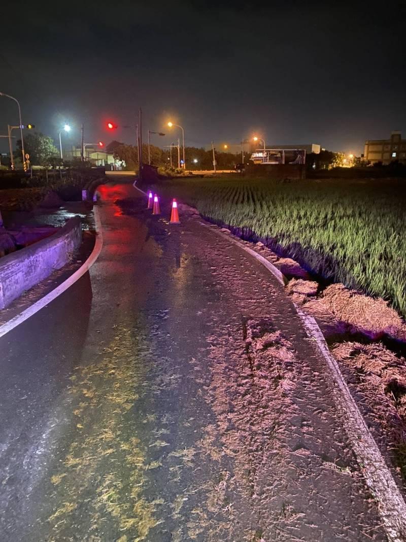 豪大雨讓稻稈漂上路面,讓機車騎士紛紛打滑「犁田」。(記者劉曉欣翻攝)