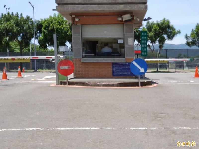 台北大學位在復興路口處的哨亭,未來LB07站體將會在此設置出入口,校方規劃做為第二校門,屆時也會重新改造。(記者邱書昱攝)