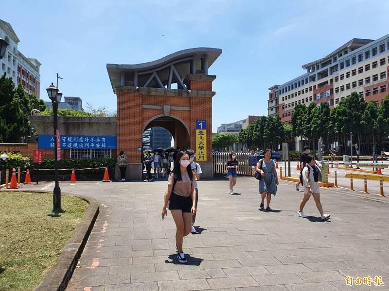 如火如荼施工的捷運三鶯線,軌道及站體都設置在台北大學校地內,校方也為此重新規劃校園設施。(記者邱書昱攝)