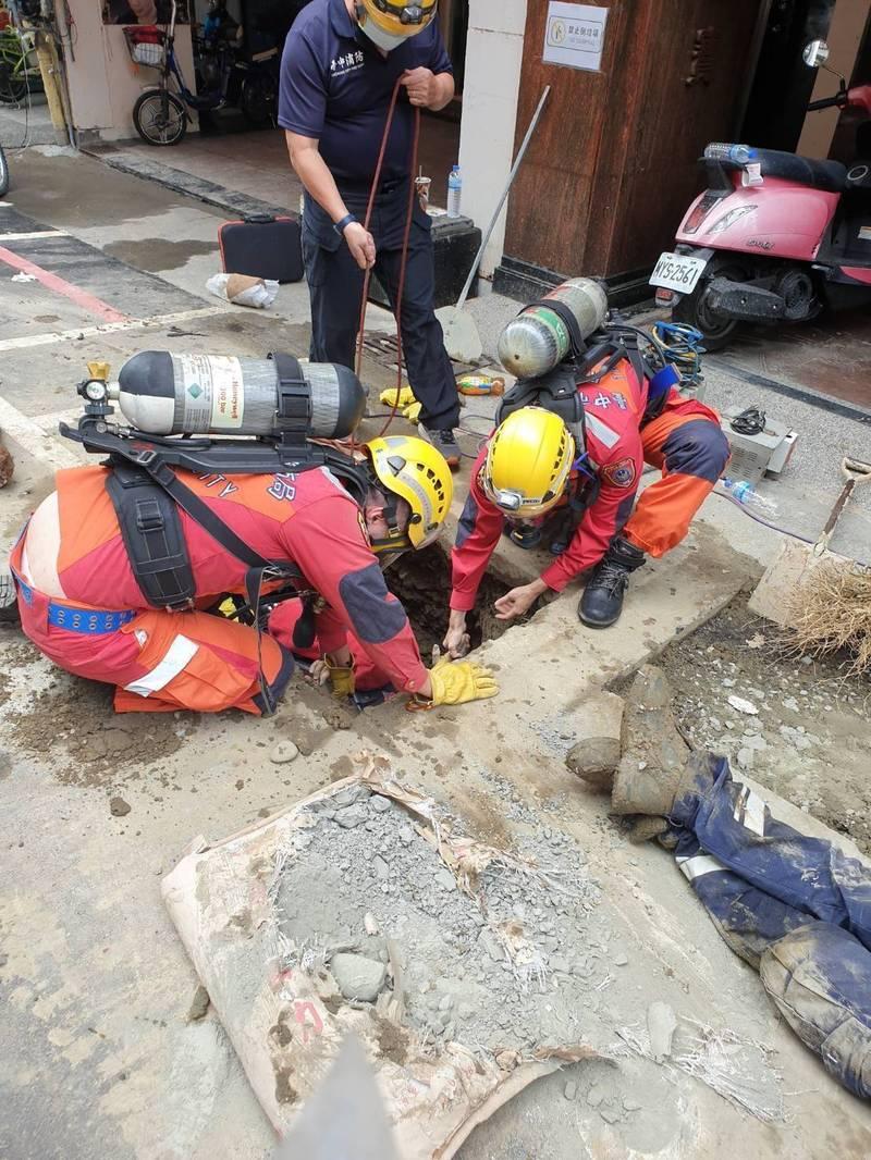 消防救難人員見5名工人疊在一起,趕緊將5人拉上來。(記者張瑞楨翻攝)