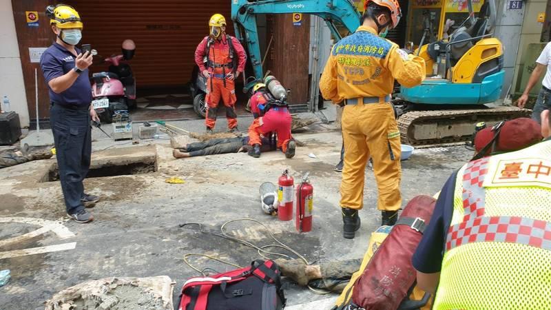 欣中公司指出,下坑洞前要戴氧氣罩、穿防焰衣,但現場急救時,卻不見這些裝備。(記者張瑞楨翻攝)
