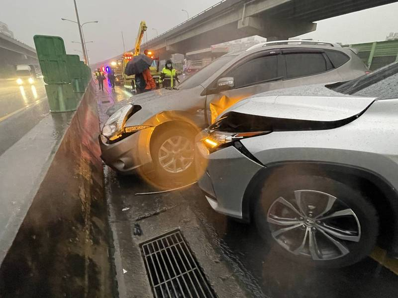 國道1號因雨成了「彈珠台」,3車連環撞。(記者徐聖倫翻攝)