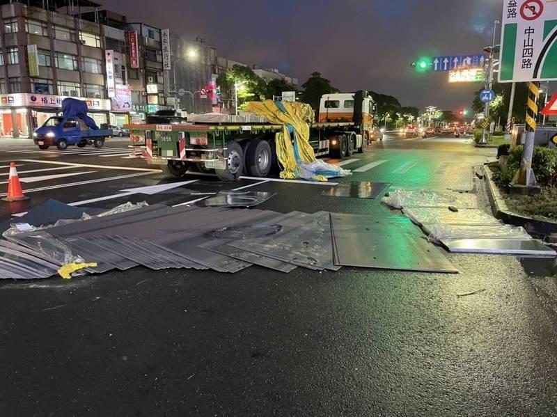 電影《絕命終結站》情節又在高雄出現,今天又聯結車掉落鋼板,導致2名騎士受傷。(讀者提供)