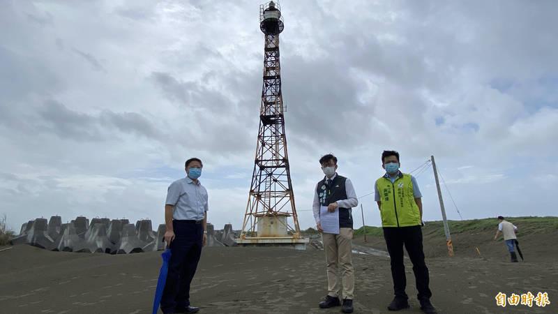 位於台灣本島極西的七股國聖港燈塔,連接的防汛道路都被飛沙淹沒,立委郭國文(中)邀集相關單位會勘,發展觀光。(記者楊金城攝)