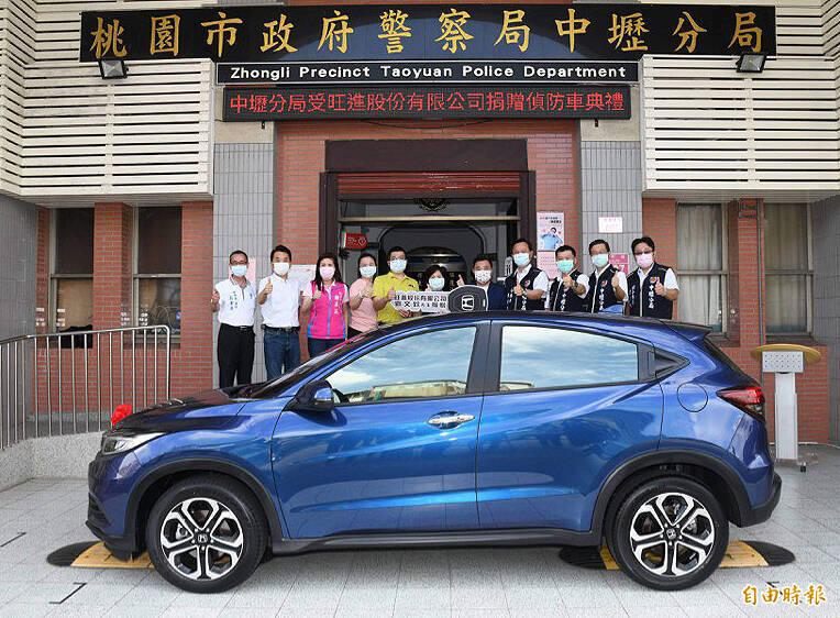 中壢警分局獲劉氏3兄弟捐贈性能更優異的偵防車輛。(記者李容萍攝)