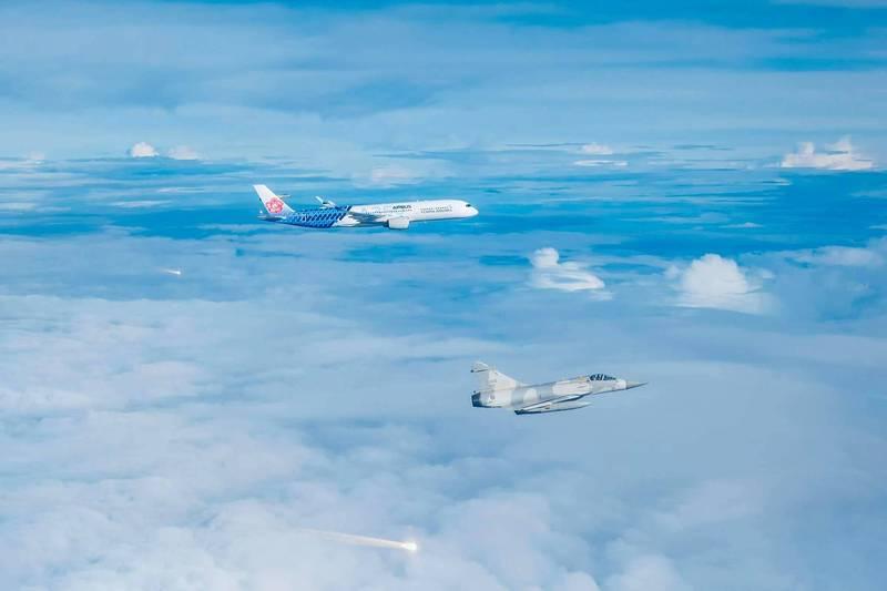 國軍幻象戰機升空伴飛奧運國手專機,並發射熱焰彈致意。(取自國防部發言人臉書)