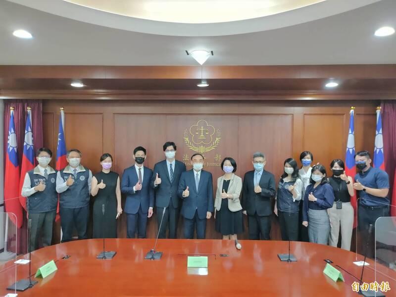 法務部長蔡清祥(左六)與國際及兩岸法律司及調查局同仁合影,肯定他們在台波移交人犯上的用心。(記者吳政峰攝)