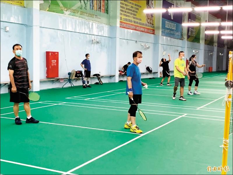 羽球在奧運穿金戴銀,帶動羽球運動風潮,屏東各羽球場館人潮湧現。(記者葉永騫攝)