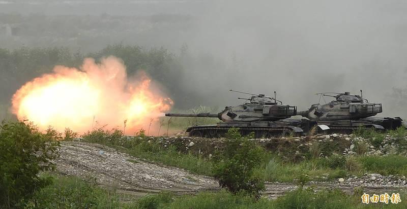 美國《富比士》軍事記者艾克塞細數台灣近1200輛戰車陣容,並提到「解放軍的目標」是「說起來容易做起來難」。圖為2020年漢光演習陸軍M60A3戰車發射砲火殲滅假想目標。(資料照)