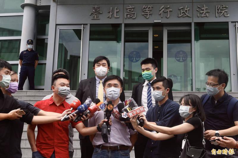 前台北市長郝龍斌等人今日上午前往台北高等行政法院遞狀,聲請停止執行衛福部對高端疫苗的緊急授權處分。(記者叢昌瑾攝)