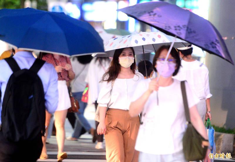明天受颱風及外圍環流影響,中南部有機率發生大雨或豪雨,北部、東半部也不定時會有局部降雨,不過主要仍以午後熱力作用的降雨較明顯。(記者王藝菘攝)