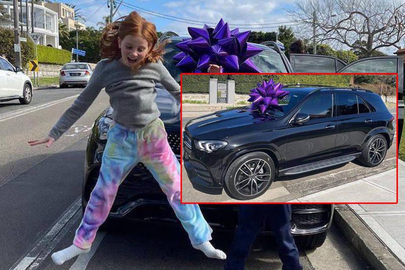 澳洲名媛賈琴科2日在IG上曬出一輛全新黑色賓士車,表示這輛車是要送給9歲女兒琵希 · 柯提斯(Pixie Curtis)及7歲兒子杭特 · 柯提斯(Hunter Curtis),當作他們往返學校和家的交通車。(本報合成)