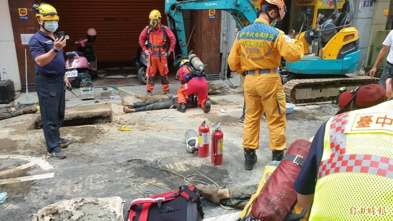 台中市中區成功路傳出工地瓦斯外洩,涵洞內5名工人中毒命危送醫急救。(記者張瑞楨攝)