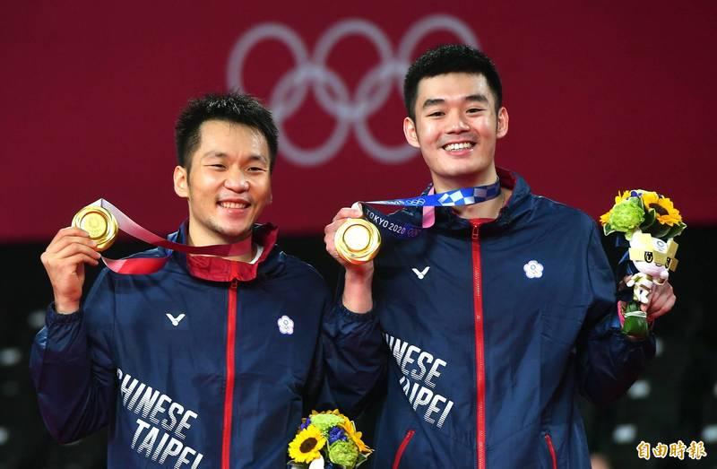 王婉諭認為,中國網友不僅「出征」自家選手,連幫台灣選手加油的台灣藝人也不放過,「這正是自由民主的台灣,與中國最大的差別」,圖為台灣羽球男雙「麟洋」配勇奪金牌。(資料照,特派記者林正堃攝)