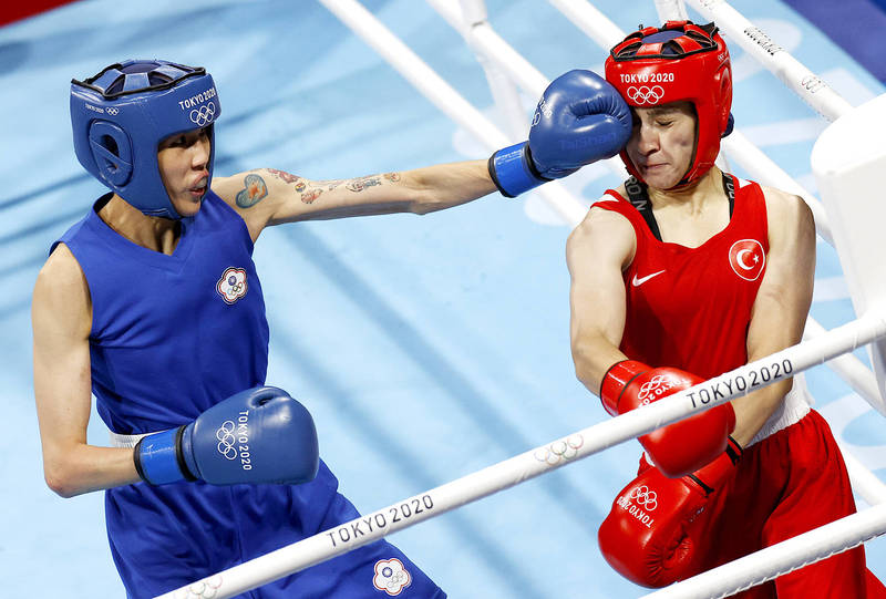 \\192.168.5.8\news\ok_retouch_folder\20210805\P01-210805-343.jpg Taiwan's Huang Hsiao-wen, left, lands a punch during her women's flyweight semi-final bout against Buse Naz Cakiroglu of Turkey at the Ryogoku Kokugikan at the Tokyo Olympics yesterday. Photo: EPA-EFE