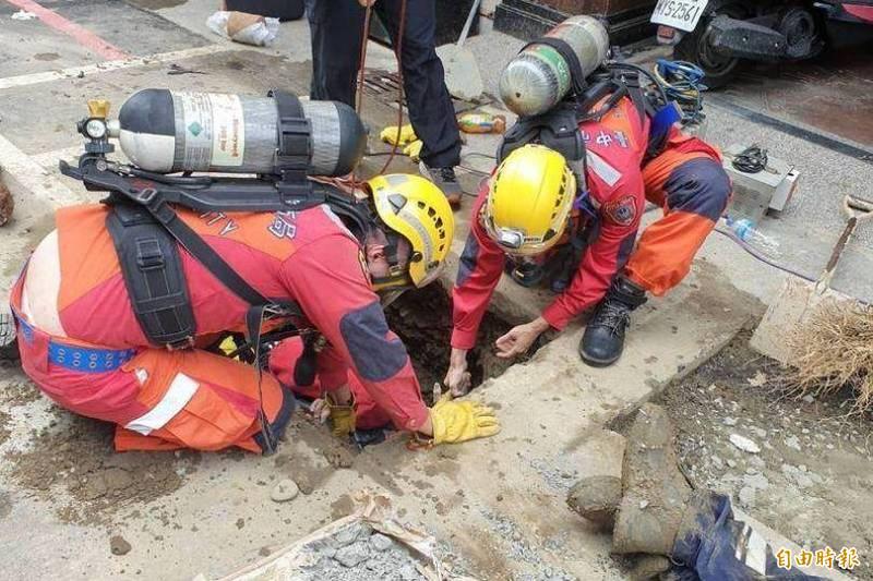 台中市消防局救助隊員搶救坑洞內昏迷的工人。(記者張瑞楨攝)