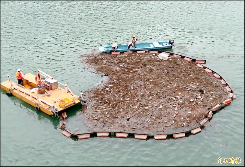 北水局加強石門水庫集水區上游的漂流木清撈,防範漂流木流入壩區破壞設施。(記者李容萍攝)