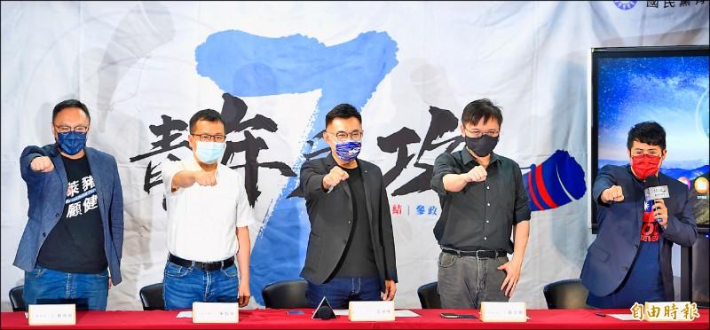 國民黨主席江啟臣(中)昨出席「戰鬥藍集結!網紅青年營」記者會。(記者劉信德攝)