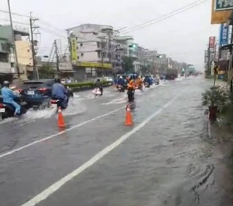 鳥松區中正路積淹水。(民眾提供)