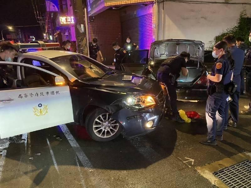 警方攔下蔡男等人駕駛的自小客車。(警方提供)
