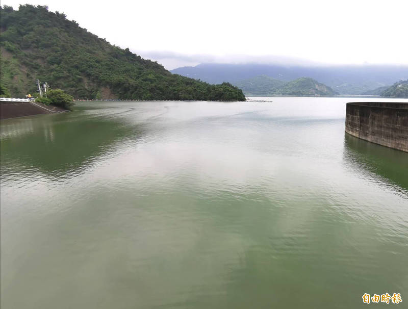 曾文水庫目前以每秒100立方米進行調節性放水,以利調節滯洪空間。(記者萬于甄攝)