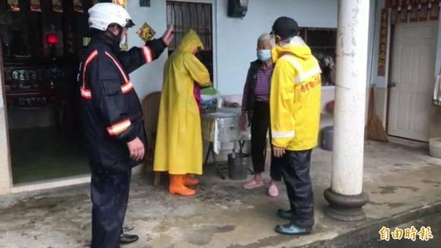 六龜警分局協助居民撤離。(記者黃旭磊攝)