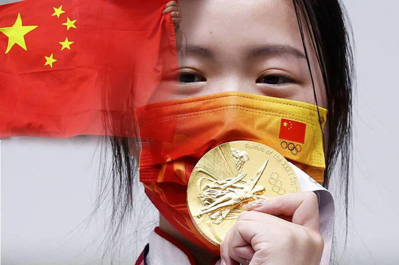 中國射擊好手楊倩在女子10公尺空氣槍奪金,事後中國網友發現她喜愛收藏NIKE系列鞋款,痛批她是「跪族女孩」,「中國運動員為什麼要收藏NIKE的鞋」?(本報合成)