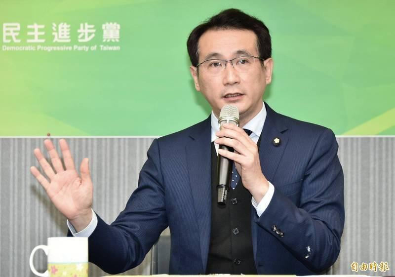 台北市長柯文哲昨發文談高端疫苗,稱是個難考的必考題,「因為它實在違反醫學倫理與常識」,引起討論,鄭運鵬則對此進行回覆。(資料照)