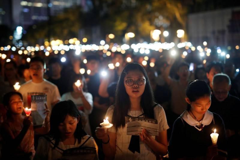 港警已連2年禁止香港市民聚集維園悼念六四事件,圖為2019年6月4日港民聚集維園點蠟燭紀念六四天安門事件。(路透)