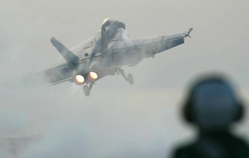 美軍一架F/A-18E「超級大黃蜂」戰機上週飛行時引擎起火,隨後緊急降落於加州的勒莫爾海軍航空站。圖僅示意。(美聯社)