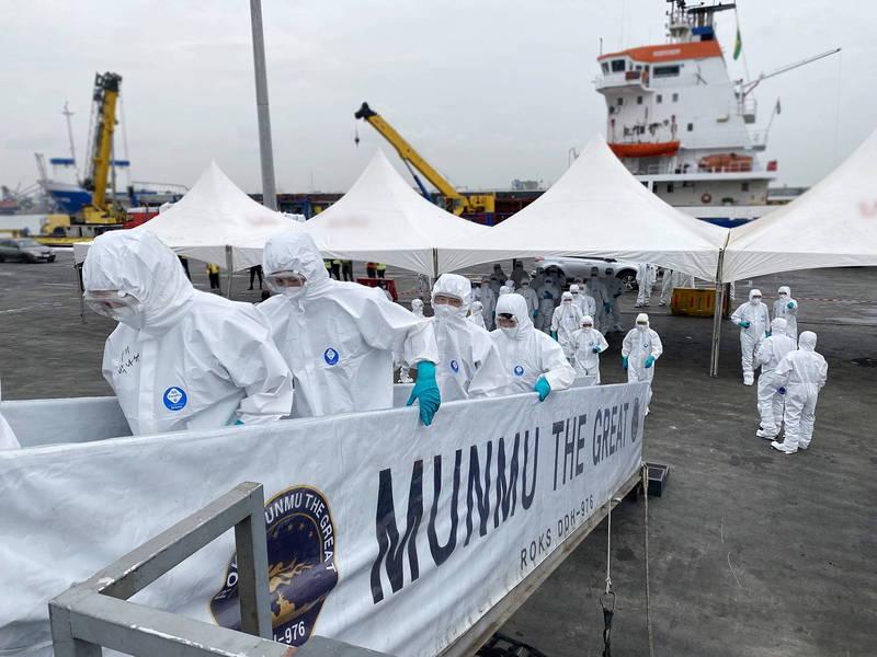 南韓海軍文武大王號驅逐艦(Munmu the Great,4400噸級)上月爆發群聚感染,艦上共272人確診。(歐新社)
