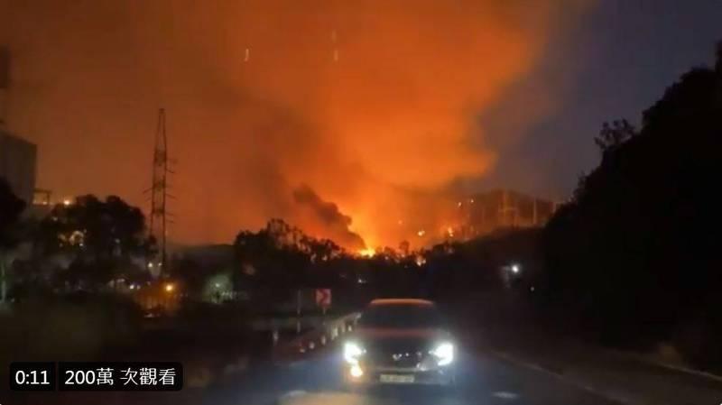 鄰近燃煤電廠的米拉斯(Milas)鎮長托卡特(Muhammet Tokat)PO出影片,顯示電廠附近火勢猛烈。(圖擷自推特)