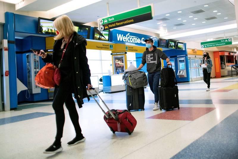 《路透》報導,拜登政府正在制訂計畫,要求大部分前往美國的外國遊客都必須完全接種武漢肺炎疫苗。(路透資料照)