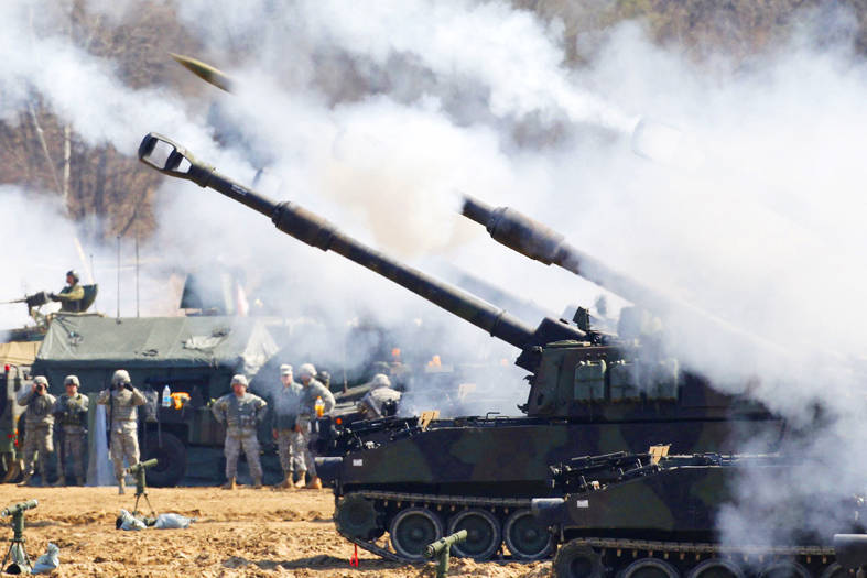 US Army M109A6 Paladin self-propelled howitzers fire at a drill at the Rodriguez range in Pocheon, South Korea, on March 15, 2012. Photo: AFP