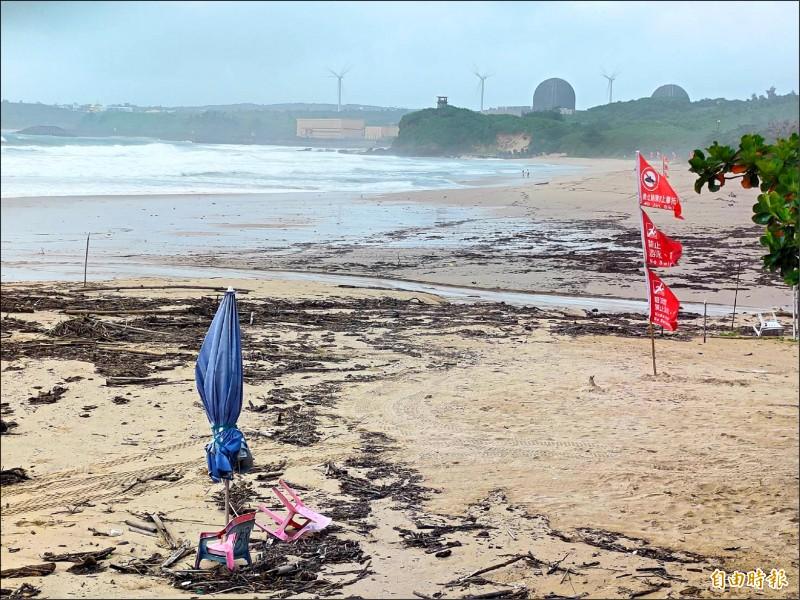 西南氣流剛走又來颱風,南灣沙灘重創。(記者蔡宗憲攝)