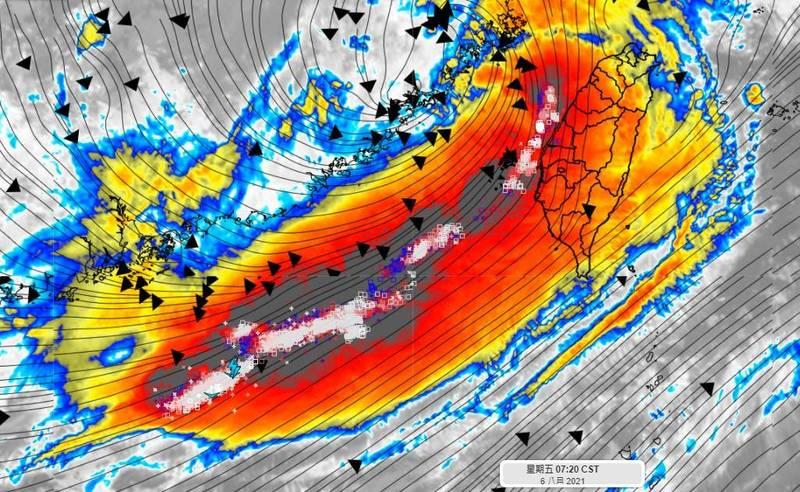 氣象達人彭啟明大呼「好強的閃電列車」,提醒這兩三天務必注意。(圖翻攝自彭啟明臉書)