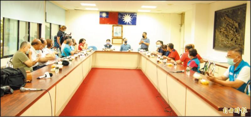 國民黨前任黨主席朱立倫(中坐者右)六日下午到新竹縣,於該黨縣黨部聽取基層黨工的心聲。(記者黃美珠攝)