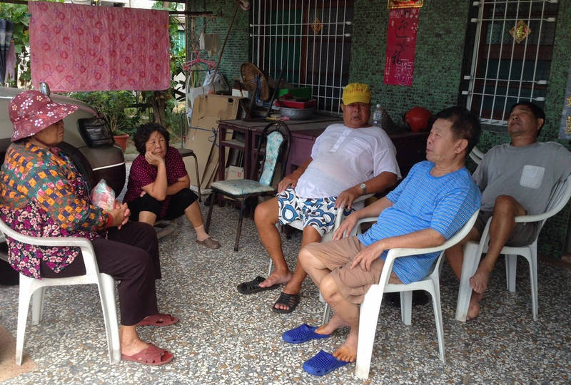 前台南縣七股鄉民代表會副主席王上村(前著藍上衣)深耕地方,有很多助人小故事流傳在區里,令人傳誦。(公所提供)