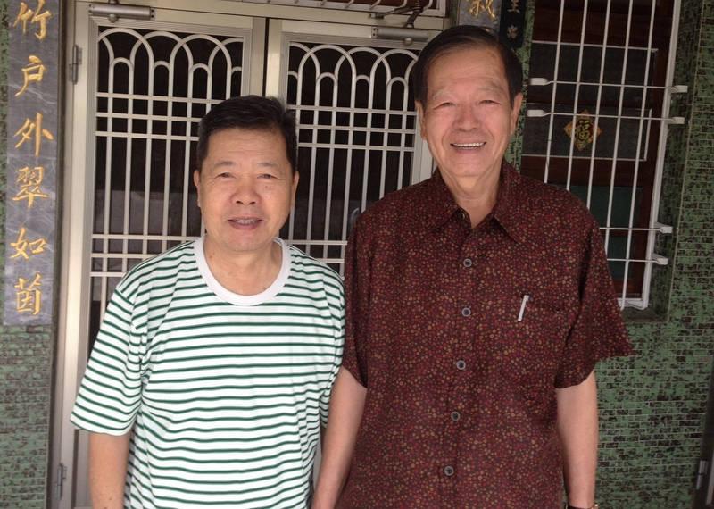 前台南縣七股鄉民代表會副主席王上村(左)日前仙逝,遺愛人間。(公所提供)