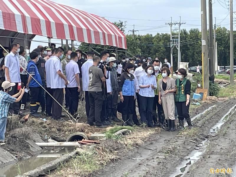 總統蔡英文(右3)南下雲林勘災,表示農委會會在1個月讓受災農民領到災害救助金。(記者林國賢攝)