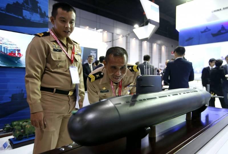 泰國向中國採購的S26T潛艦據說就是從元級潛艦改良而來,圖為2017年泰國防衛與安全展中泰國軍官仔細端詳S26T潛艦模型。(歐新社資料照)