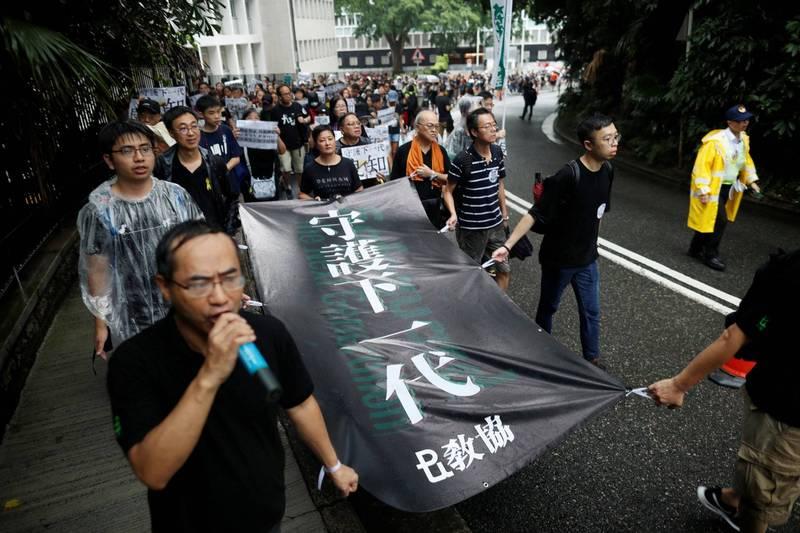 在面對北京方面的巨大政治壓力下,香港泛民主派最大教職員組織教育專業人員協會今天宣布解散。圖為香港教育專業人員協會(教協)在「反送中」期間發起教師罷課抗議行動。(路透)