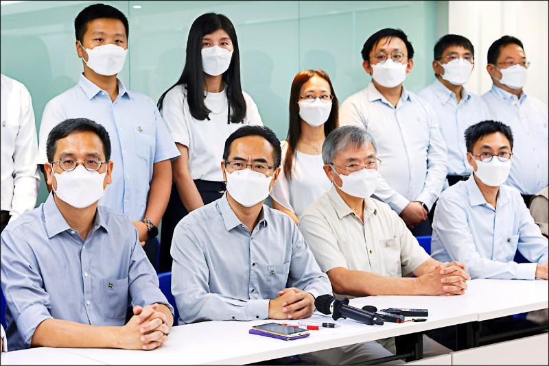 「香港教育專業人員協會」會長馮偉華十日召開記者會,宣布解散緣由。 (路透)