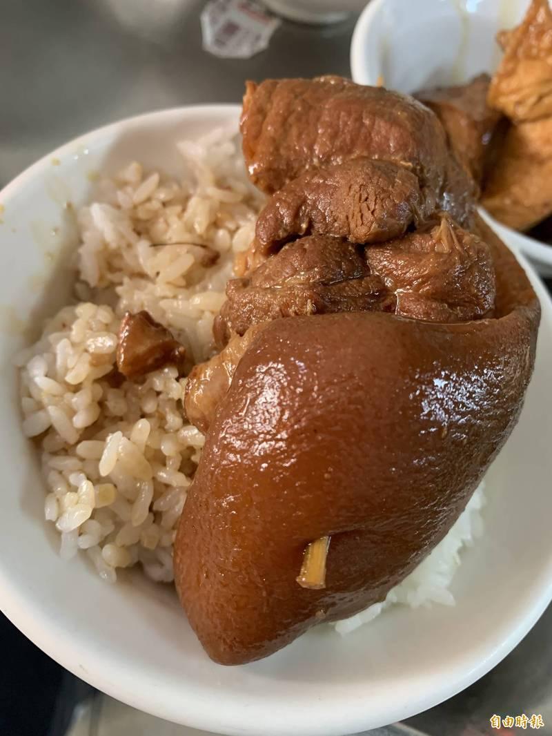 手工釀製爌肉油亮汁鮮,台中東區名店陳明統爌肉飯列必比登。(記者蘇孟娟攝)