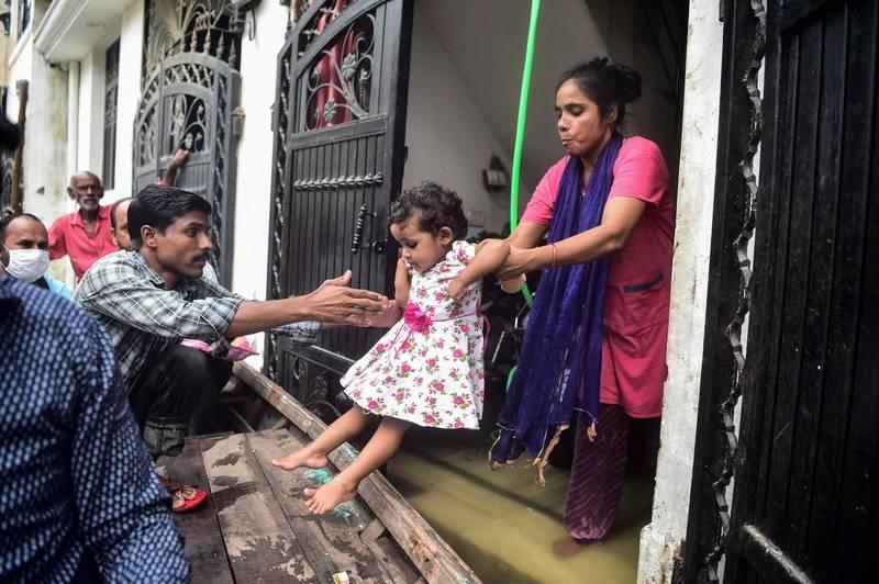 印度人口最多的北方邦,數千名恆河沿岸居民今天從洪水中獲救。(法新社)